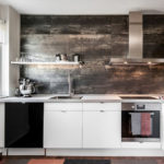 Деревянные панели под старину на стене кухни