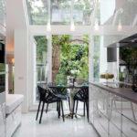 Кухня параллельной планировки с выходом в сад