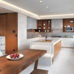 Дерево в технологичном интерьере кухни