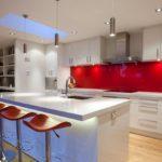 Реализация освещения в кухне с красным фартуком