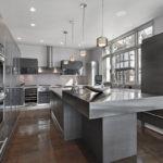 Кухонная мебель с металлической поверхностью