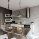 Столешница из нержавеющей стали в кухне хай тек