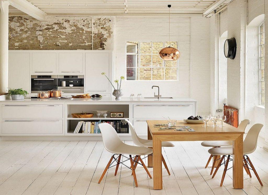 Деревянный стол на кухне в скандинавском стиле