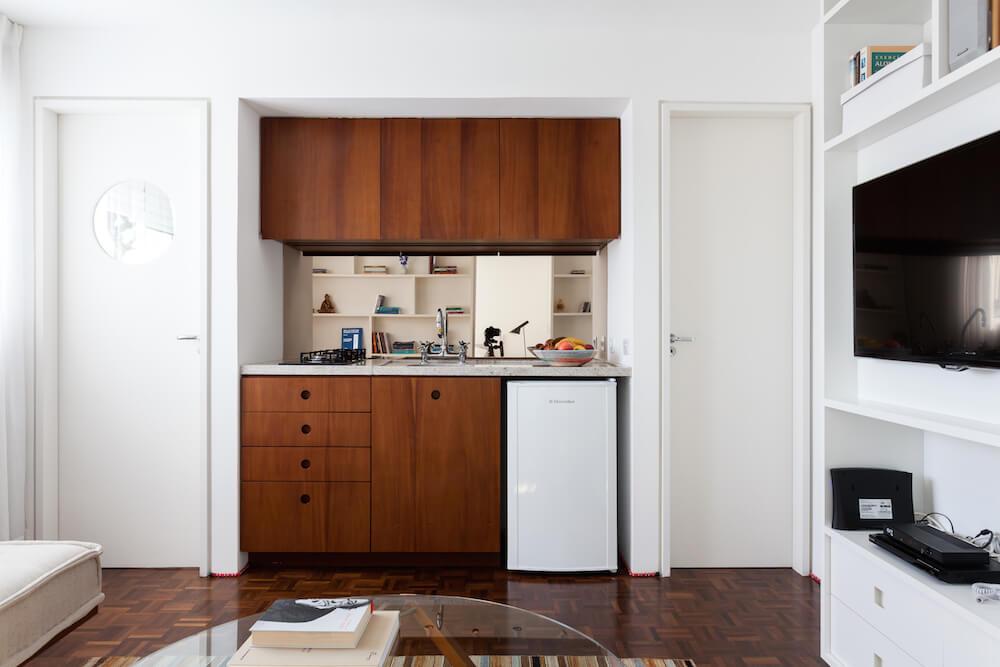 Коричневый кухонный гарнитур в нише общей комнаты