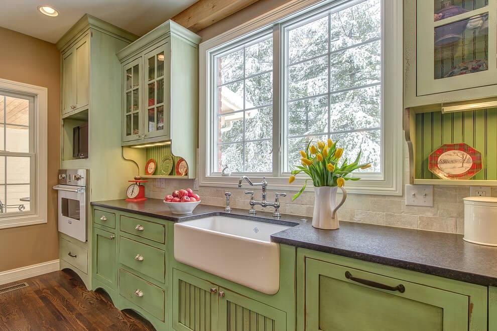 высокие кухни вдоль окна в английском стиле фото звуки могут разному