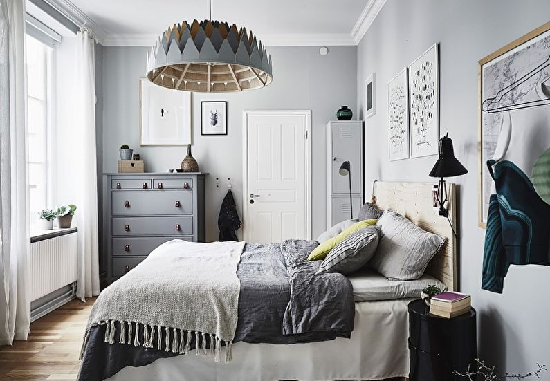 Деревянная люстра над кроватью в маленькой спальне