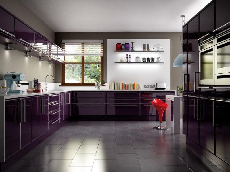 Темная кухня с белым матовым потолком
