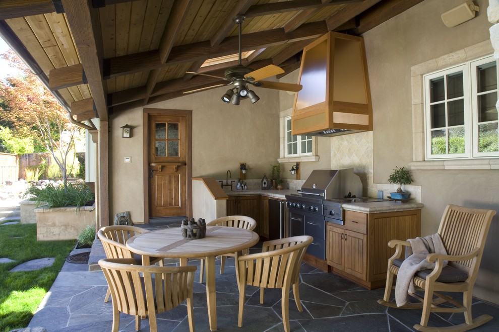 Деревянная мебель на открытой кухне загородного дома