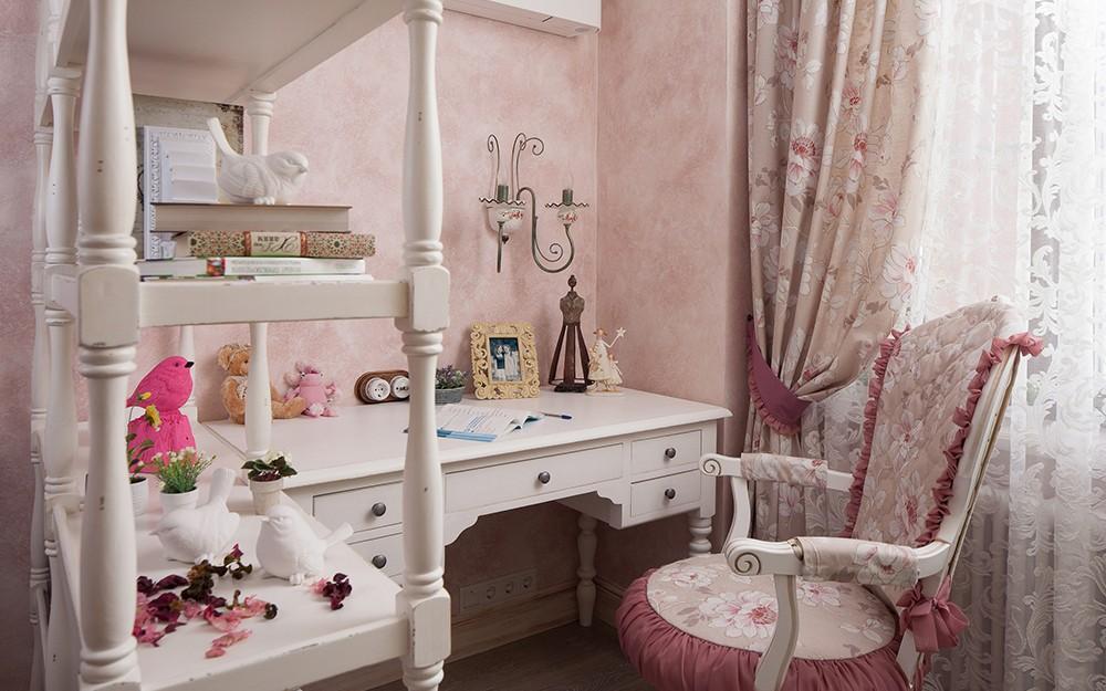 Деревянный стеллаж с детскими игрушками
