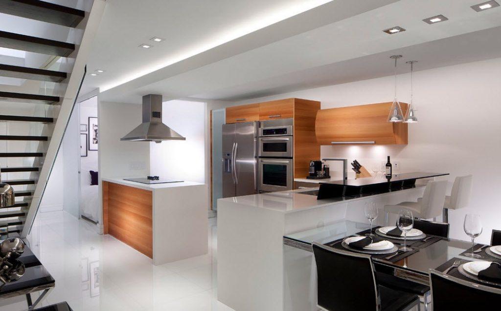 Коричневые шкафы в кухне с белыми стенами