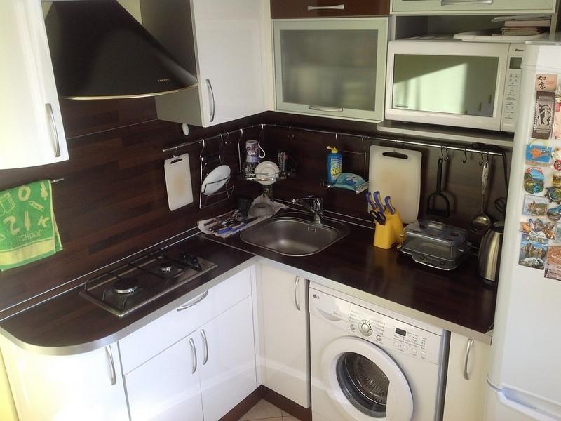 Малогабаритная кухня с мойкой в углу