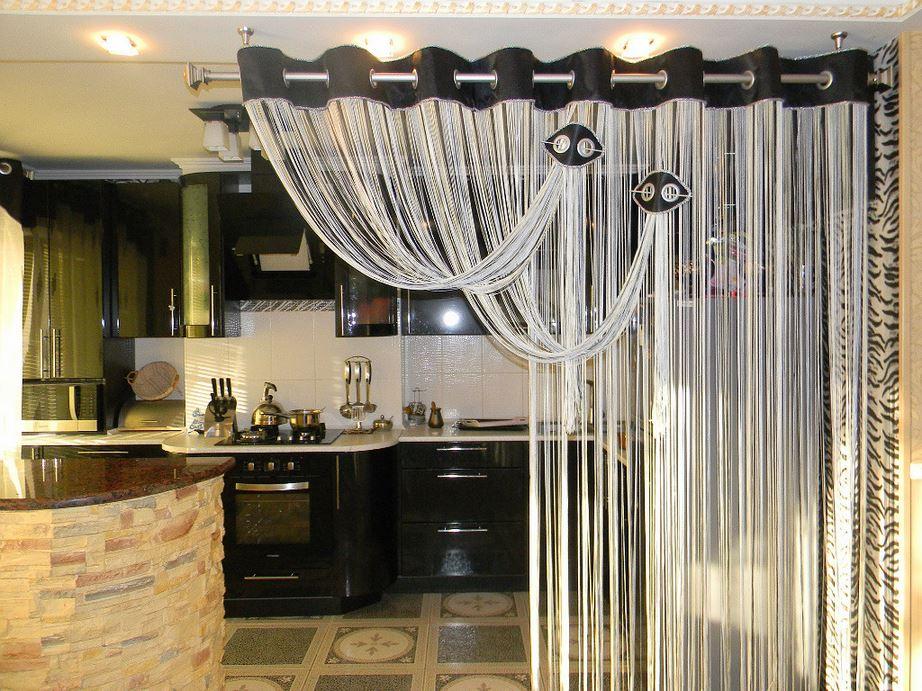 Нитевая штора в интерьере кухни