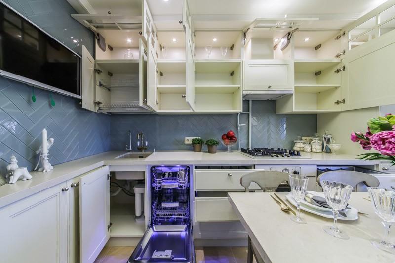 Кухонный гарнитур с открытыми дверцами