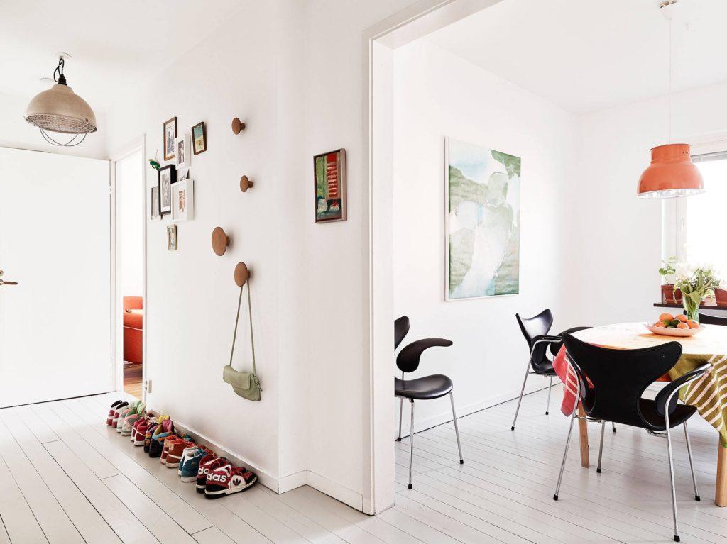 Белые стены межкомнатных перегородок в квартире