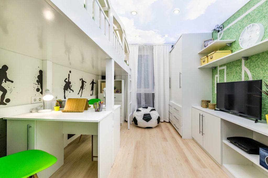 Интерьер вытянутой детской комнаты в белых тонах
