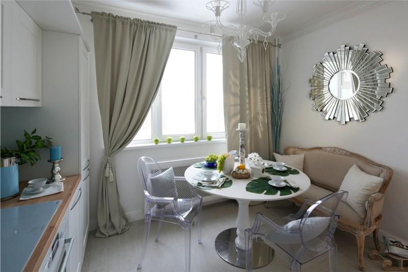Прозрачные стулья в интерьере кухни-столовой
