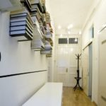 Хранение книг в коридоре квартиры