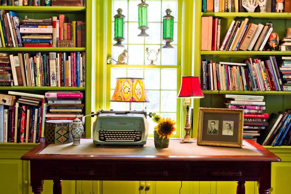 Письменный стол в стилистике китча
