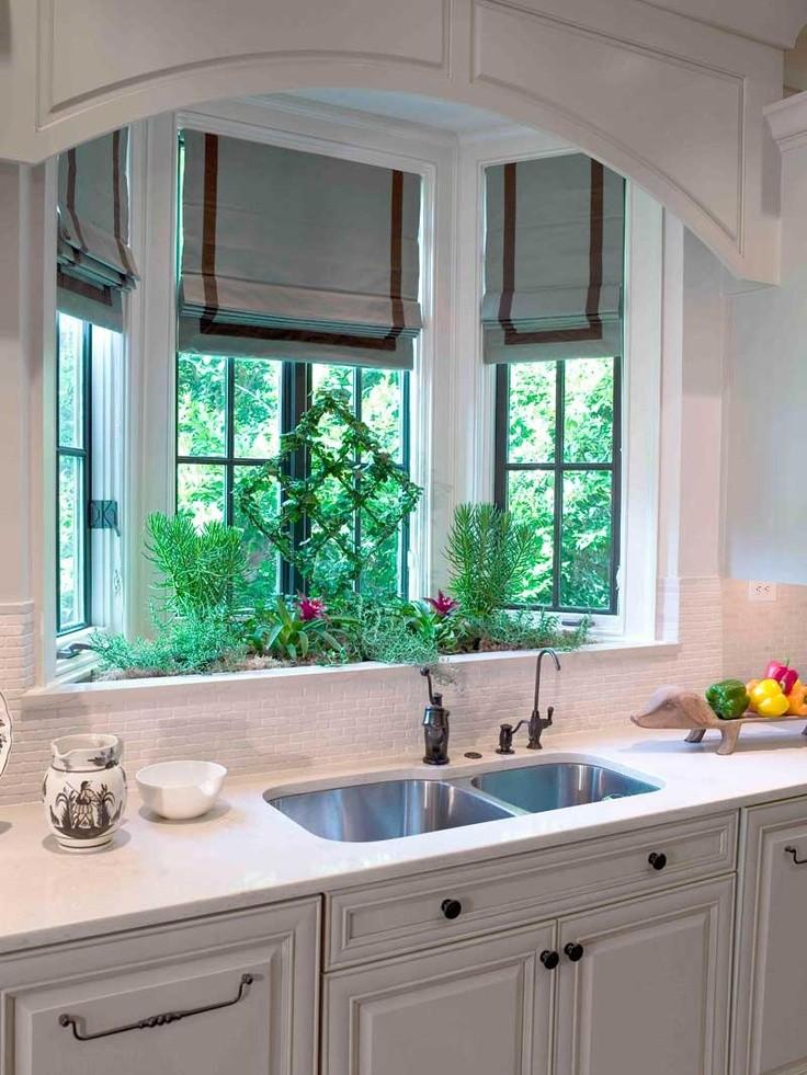 Украшение эркера кухни комнатными растениями