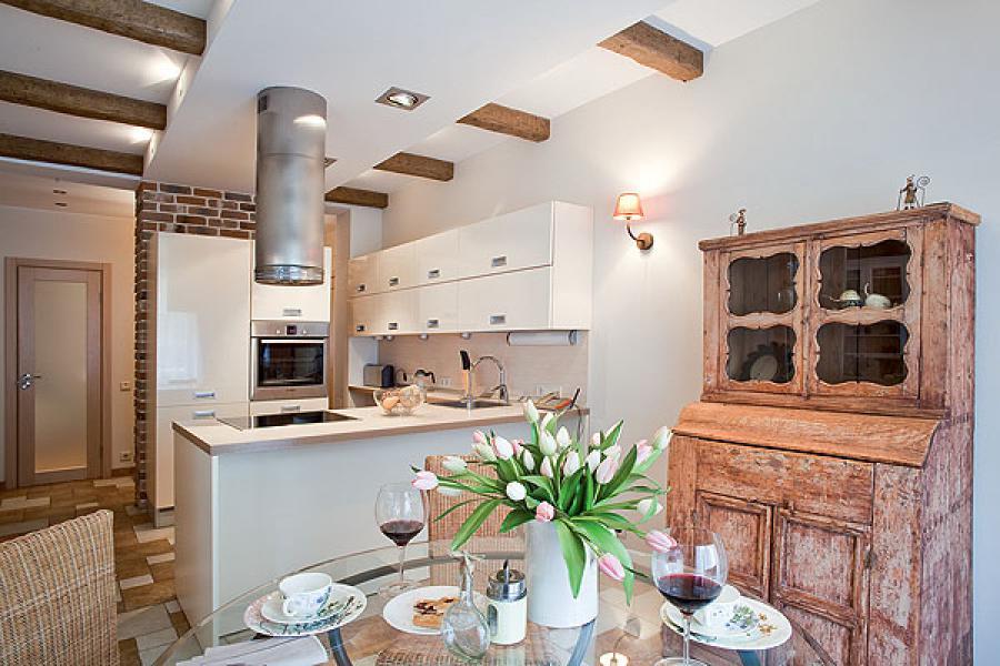 Старый кухонный шкаф в квартире-студии в стиле прованс