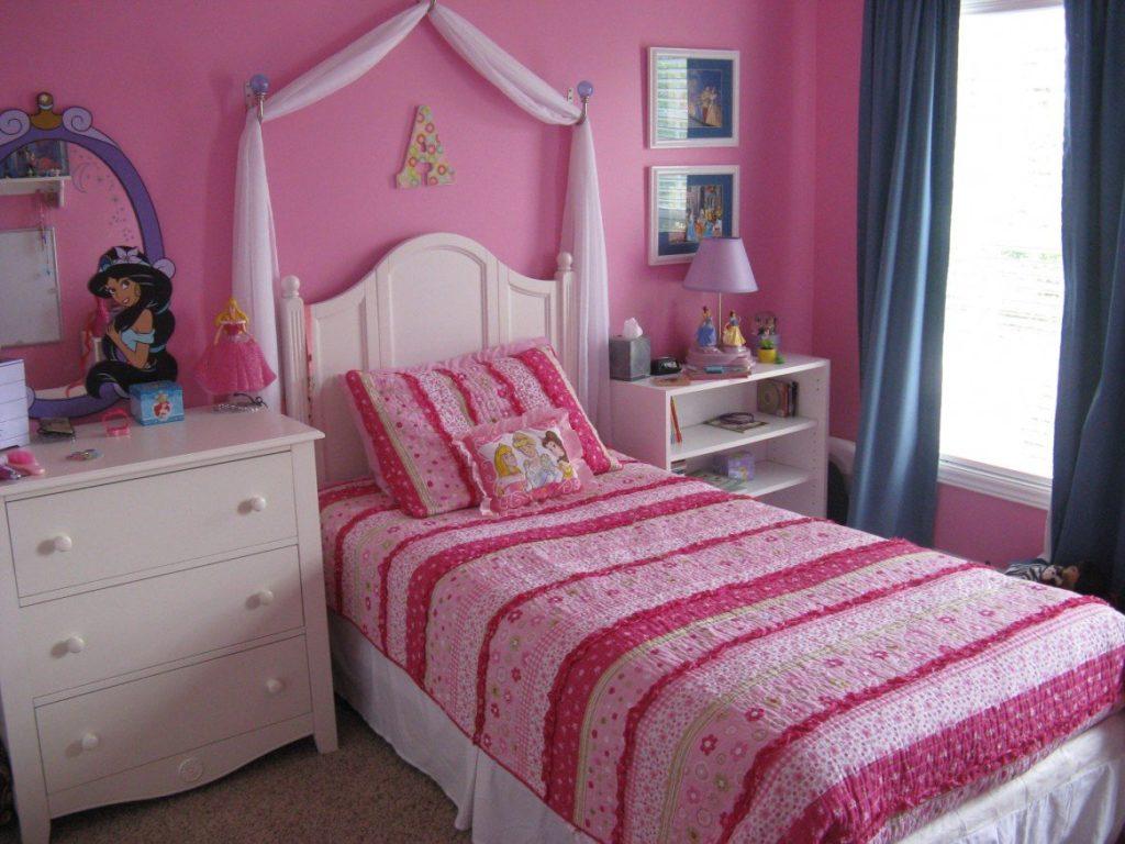 Интерьер маленькой детской спальни в розовом цвете