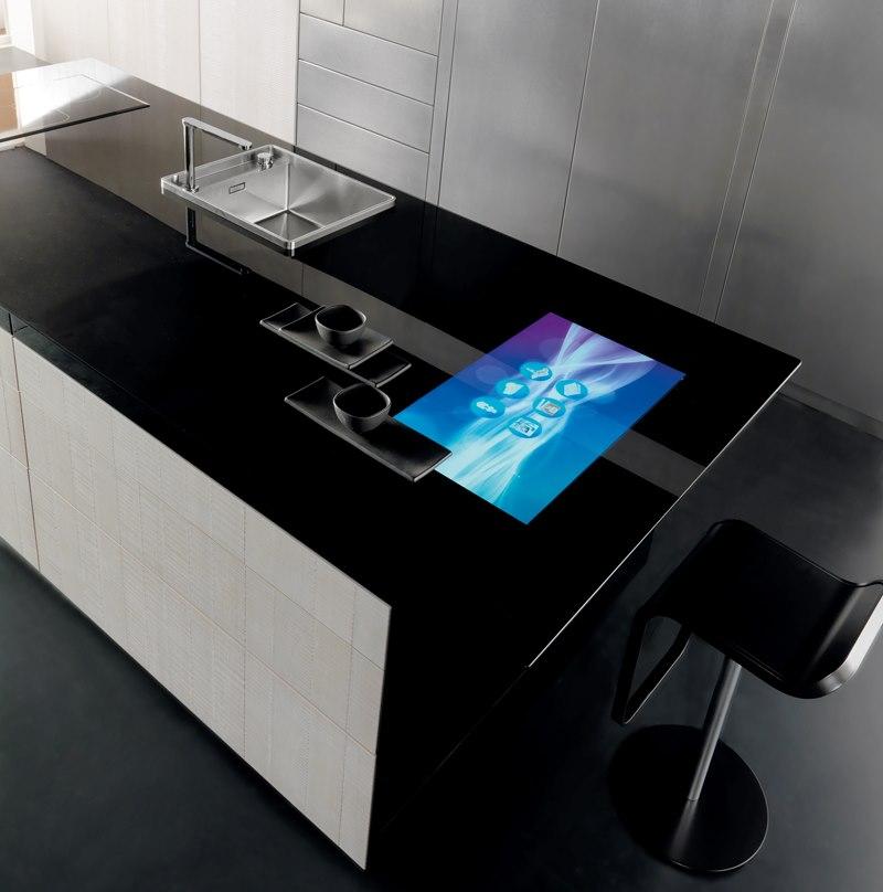Черная столешница с сенсорным дисплеем на кухне хай тек