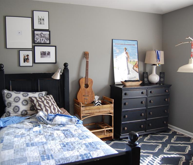 Гитара в комнате подростка с серыми стенами