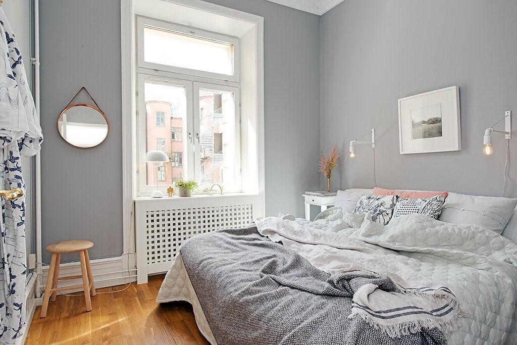 Светло серые стены в небольшой спальне