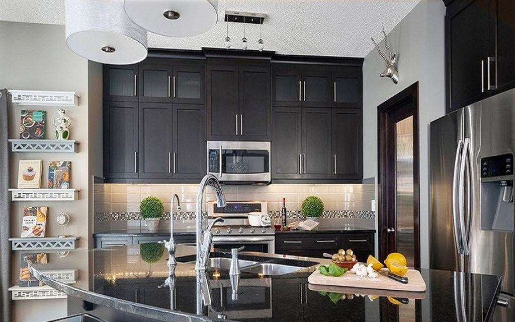 Серые подвесные шкафы кухонного гарнитура