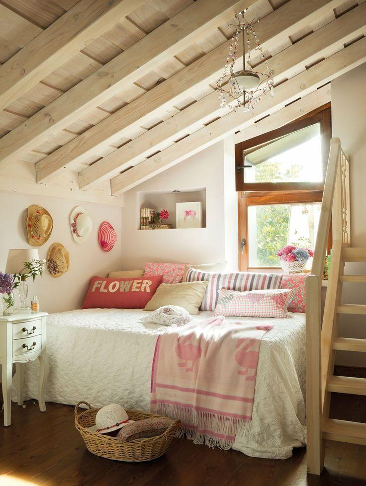 Деревянный потолок в маленькой спальне