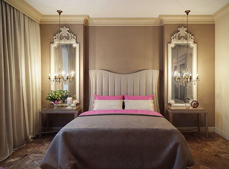 Зеркала по бокам кровати в классической спальне