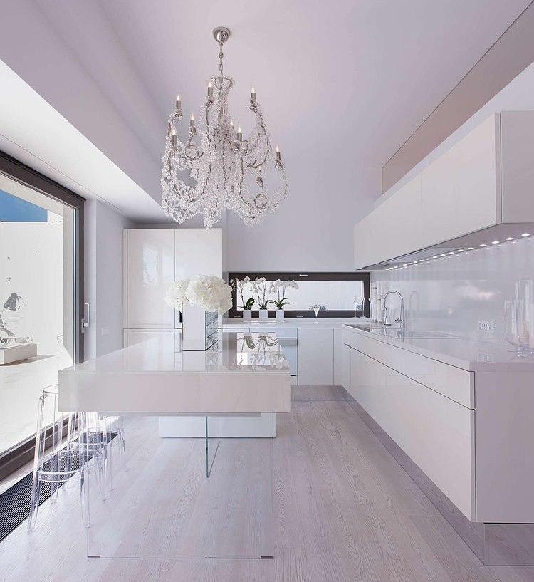 Белоснежная кухня в технологичном стиле с островом