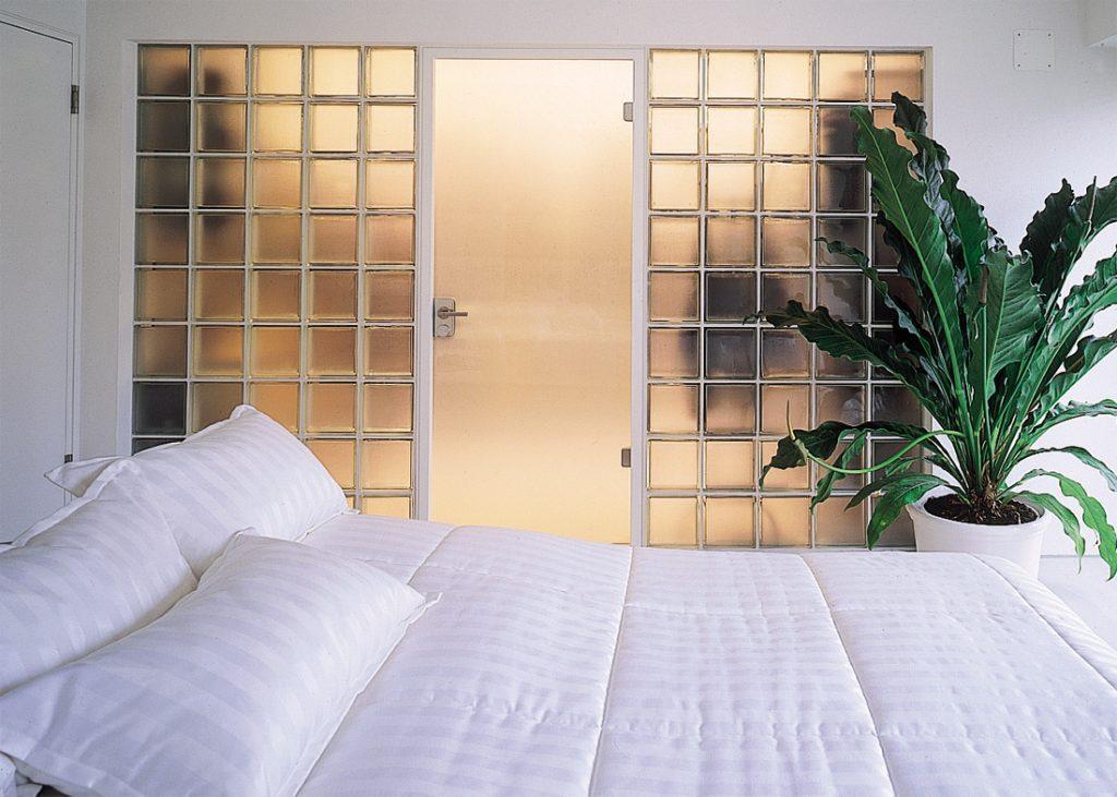 Перегородка из стеклоблоков в интерьере квартиры-студии