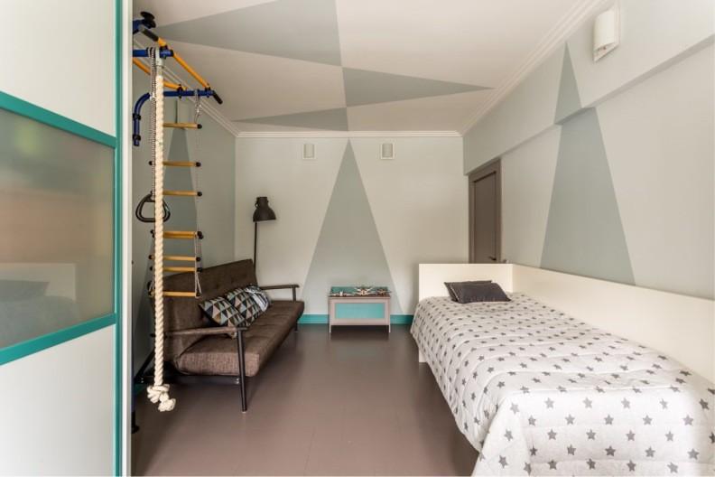 Строгая детская комната со спортивным уголком