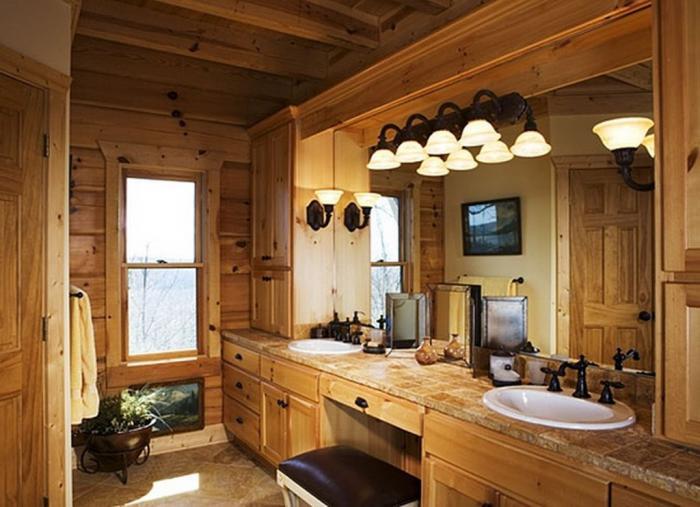 Интерьер ванной с окном в доме из бруса