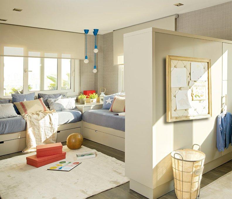 Светло-серые стены в комнате мальчика подростка