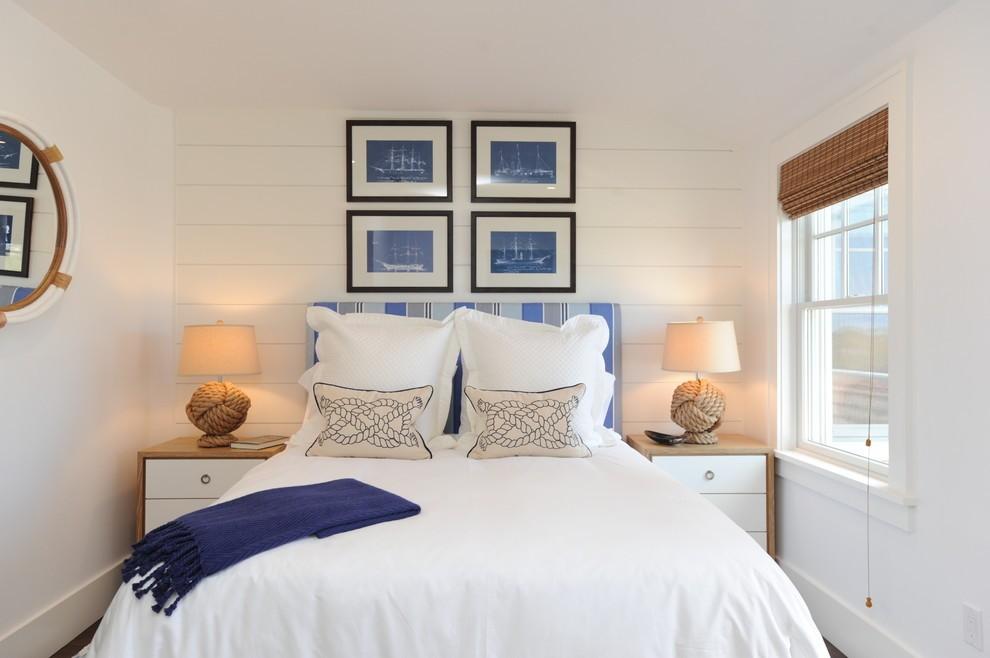 Картины над изголовьем кровати в белой спальне