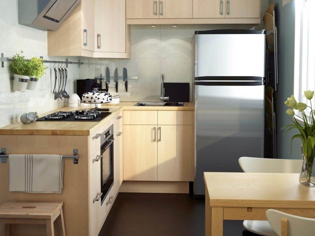 Светлая кухня угловой конфигурации