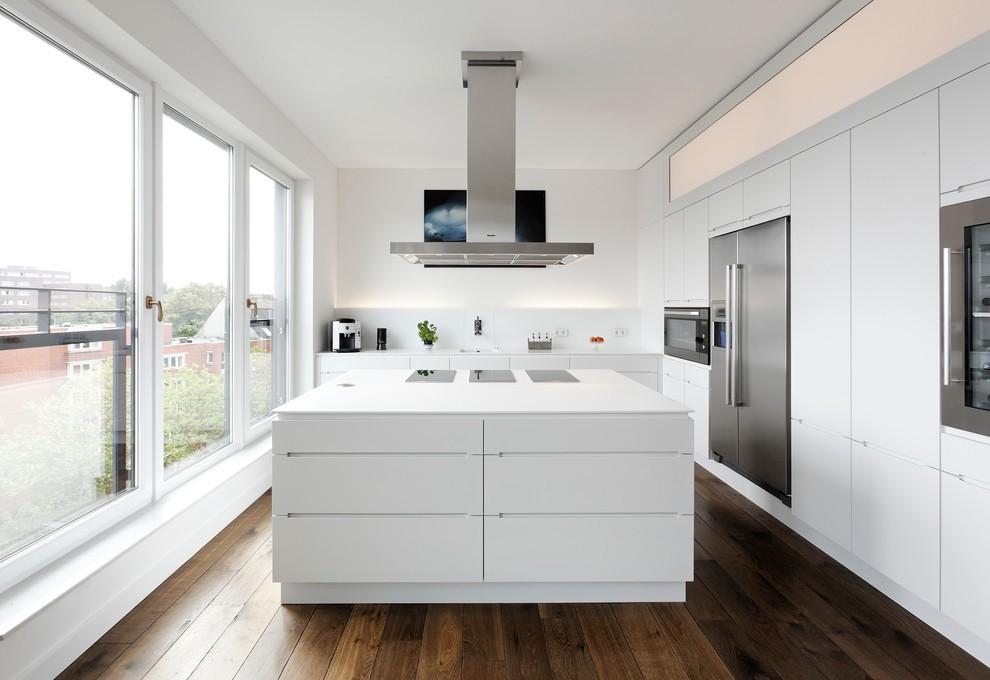 Деревянный пол в белой кухне хай тек