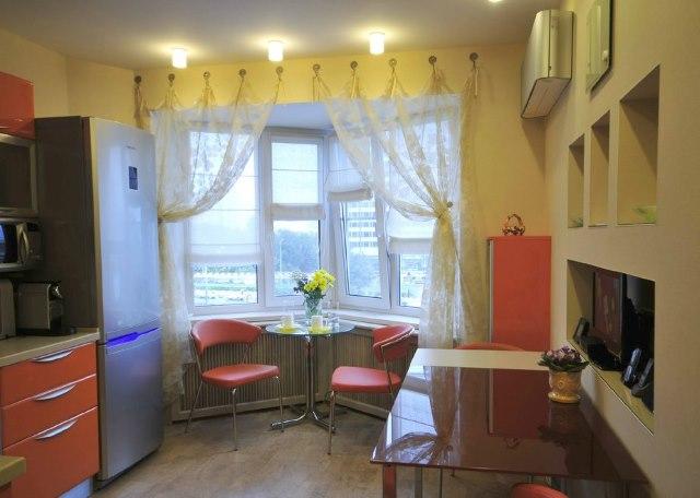 Кофейный столик в эркере кухни панельного дома