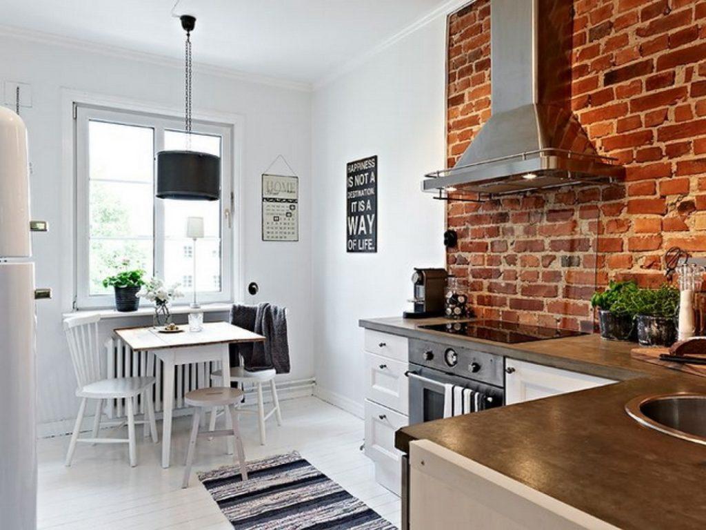 Красный кирпич на стене кухни в скандинавском стиле