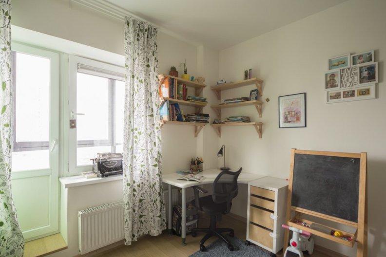 Угловой стол в детской комнате подростка