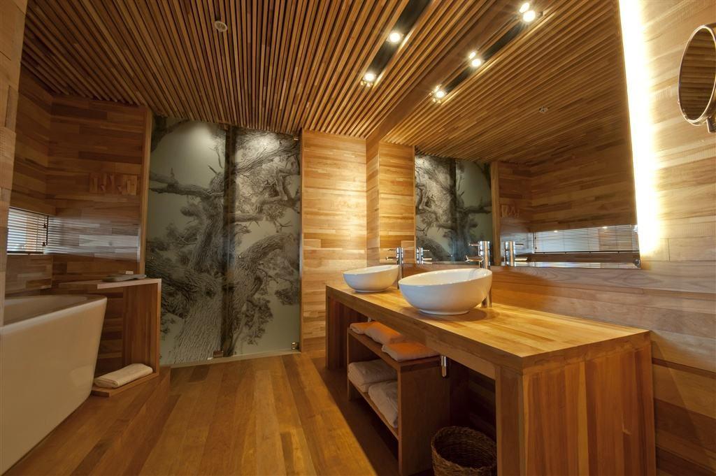 Деревянные рейки на потолке в ванной комнате