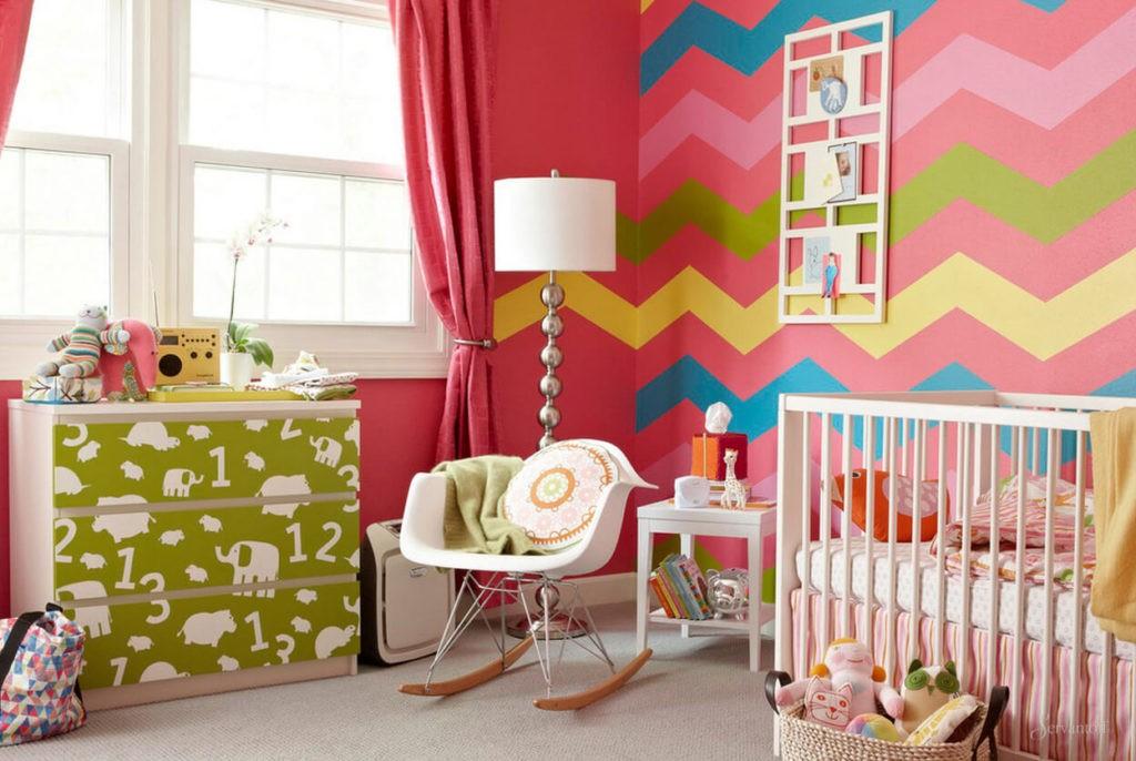 Полосатые стены в детской комнате