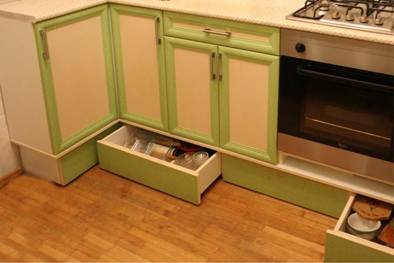Выдвижные ящики в цоколе кухонного гарнитура