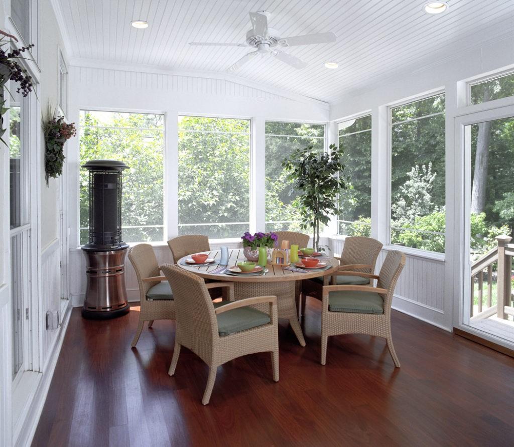Интерьер обеденной зоны на веранде частного дома