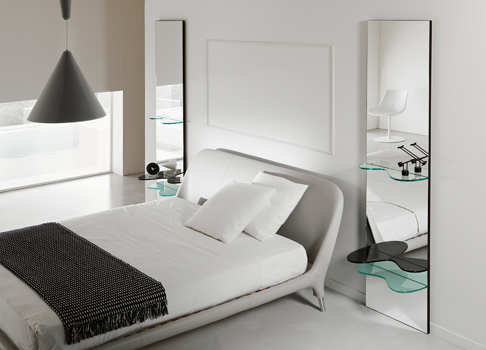 Зеркала до пола по обеим сторонам кровати
