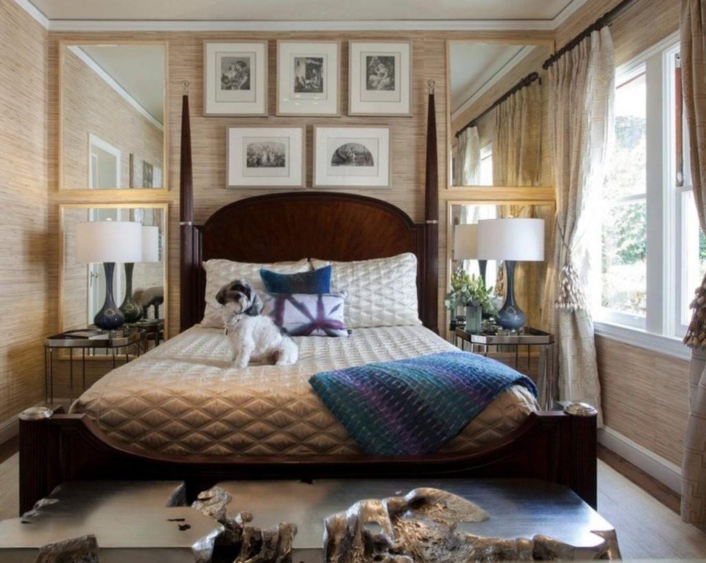 Зеркала и картины в декоре маленькой спальни