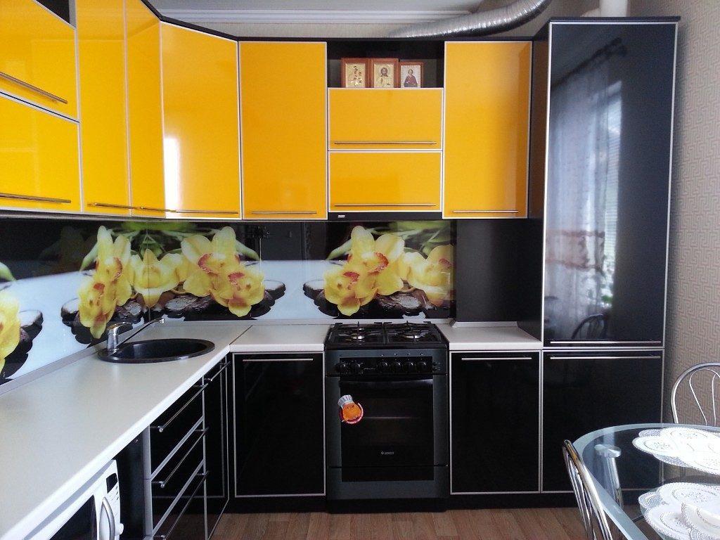 Кухонный гарнитур с желтыми подвесными шкафами