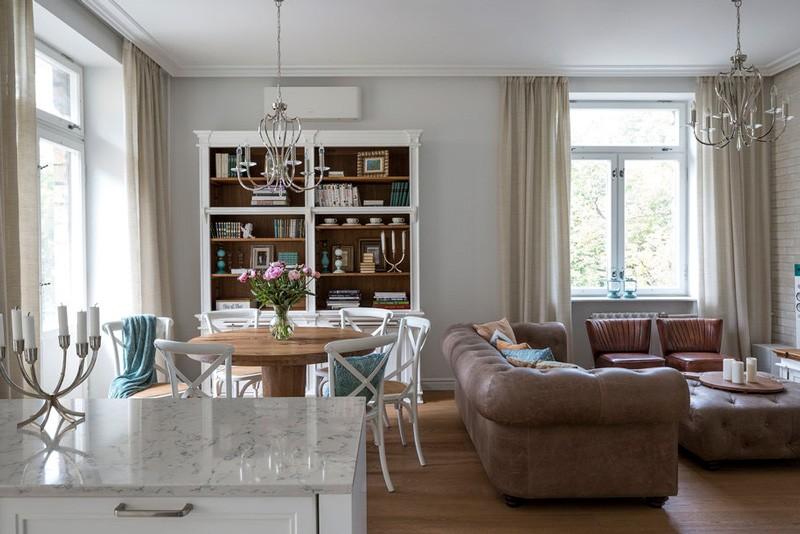 Коричневый диван в роли разделителя пространства